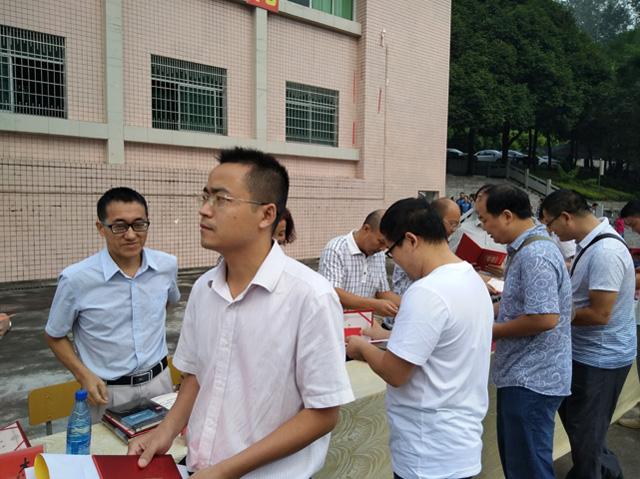 杨启军_典礼上首先由杨启军校长致辞:欢迎新进的教师和高一新生来到泸溪一中